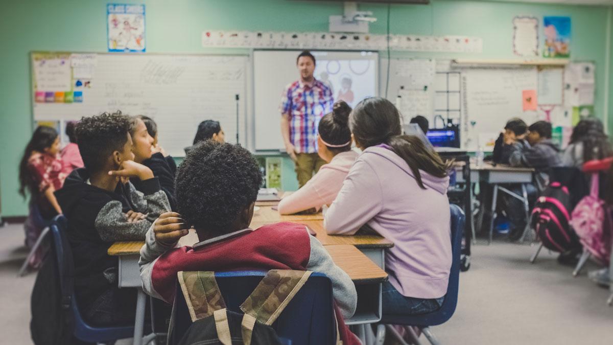 Schüler in einer Schulklasse lernen für die Vergangenheit