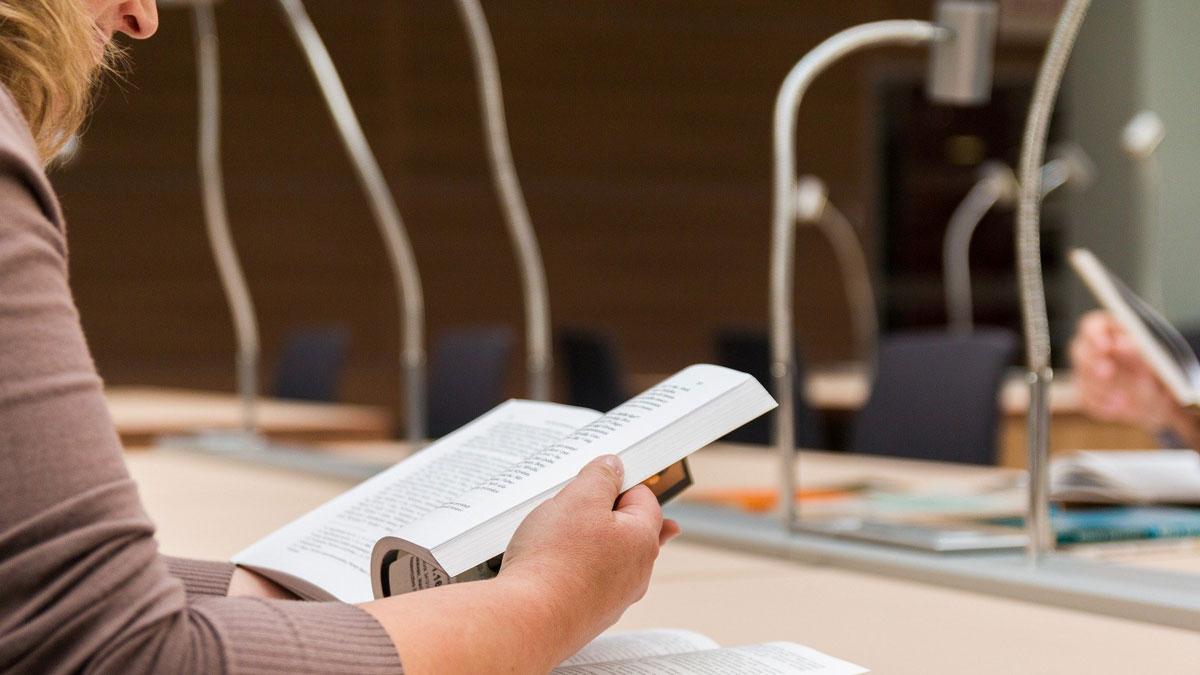 Eine Studentin liest eine Buch über Unternehertum