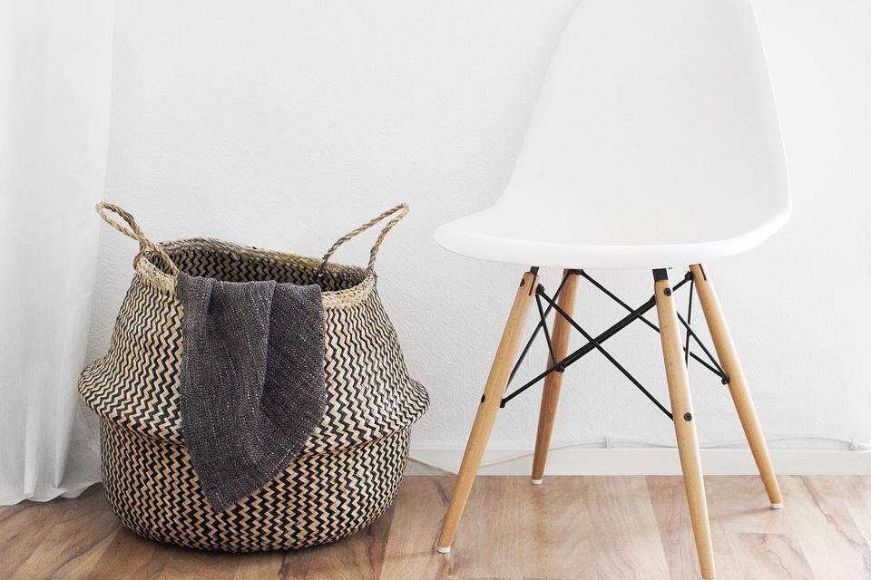 Weisser Stuhl mit Wäschekorb