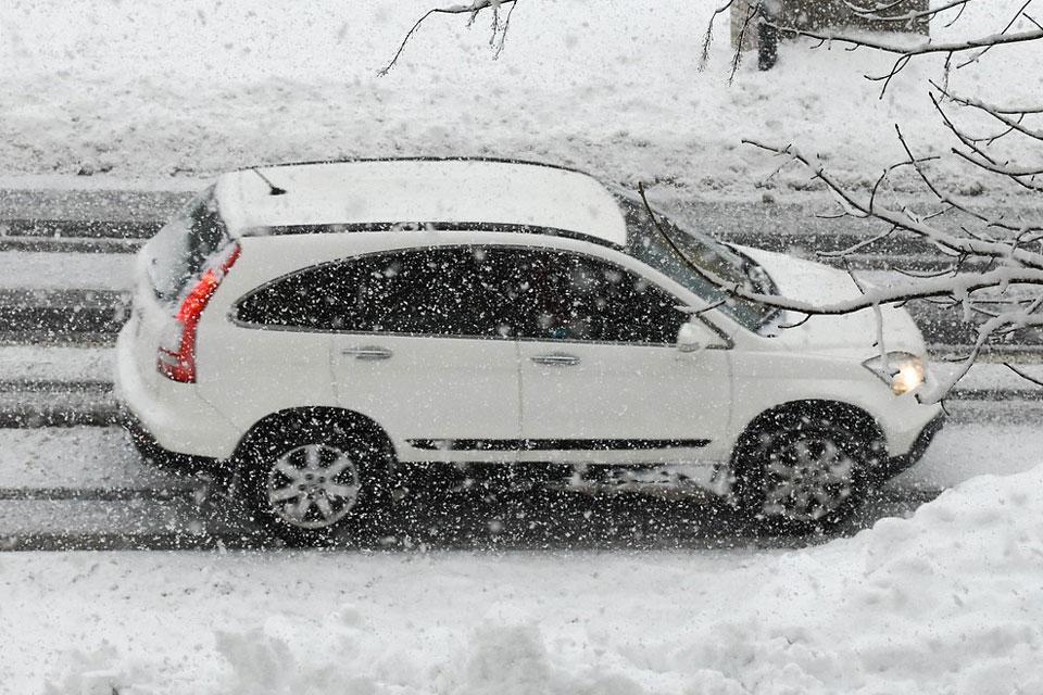 Fahrt in den Winterurlaub bei Schneefall