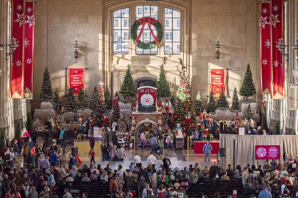 Viele Menschen an eine Weihnachtsveranstaltung