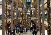 Viele Menschen im Einkaufscenter in der Weihnachtszeit