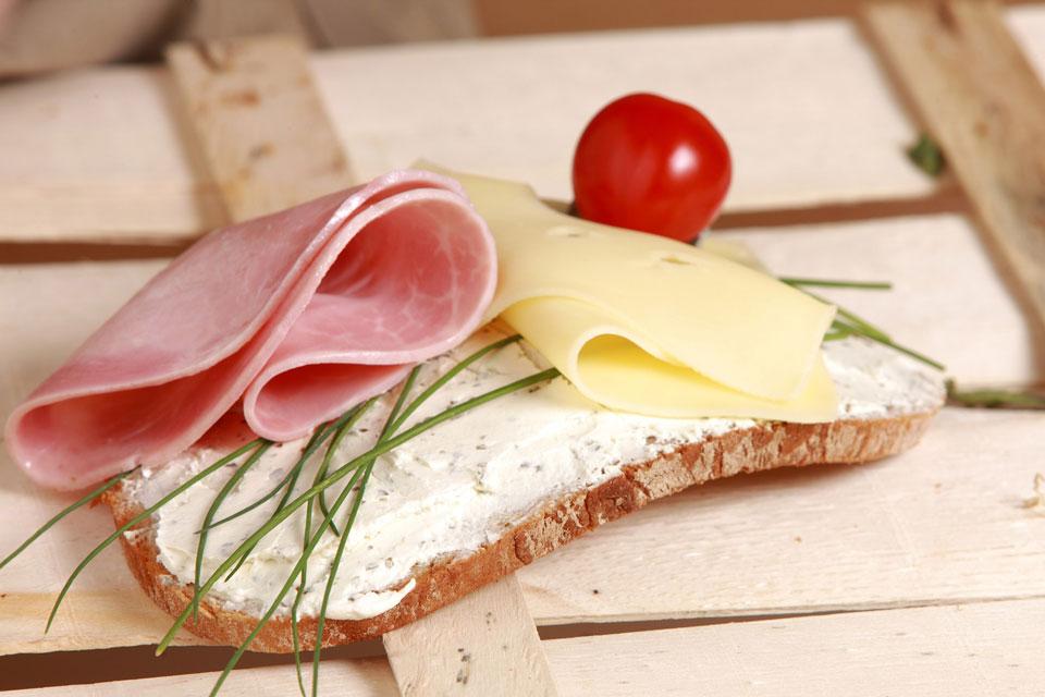 Dünnes Brot mit einer Scheibe Schinken und Käse