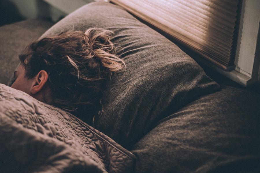 Schlafende Frau, die sich über Nacht regeneriert