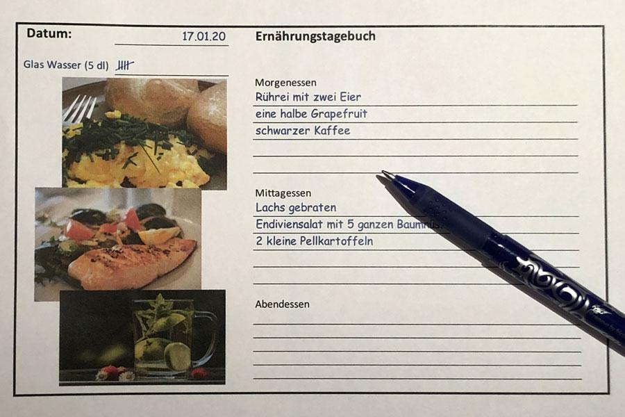 Ein Ernährungstagebuch wird auf einem Tagesblatt geführt