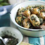 Versetzen Genießer geschmacklich an das spanische Mittelmeer: Pellkartoffeln mit Salsa Verde.