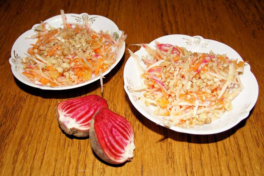 Zwei Teller auf dem Tisch mit Wurstsalat mit Rote Bete