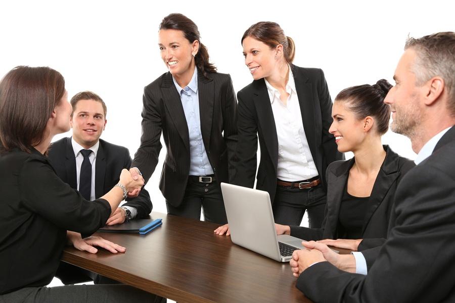 Team-Mitglieder begrüssen eine neue Kollegin mit einem Handschlag, was in unseren gewohnten Strukturen fest verankert ist