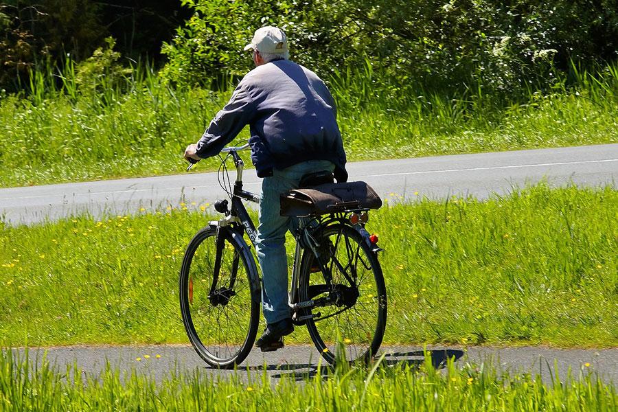 Ein älterer Arbeitnehmer hat durch ein flexibles Arbeitsmodell einen kürzeren Arbeitsweg mit dem Fahrrad