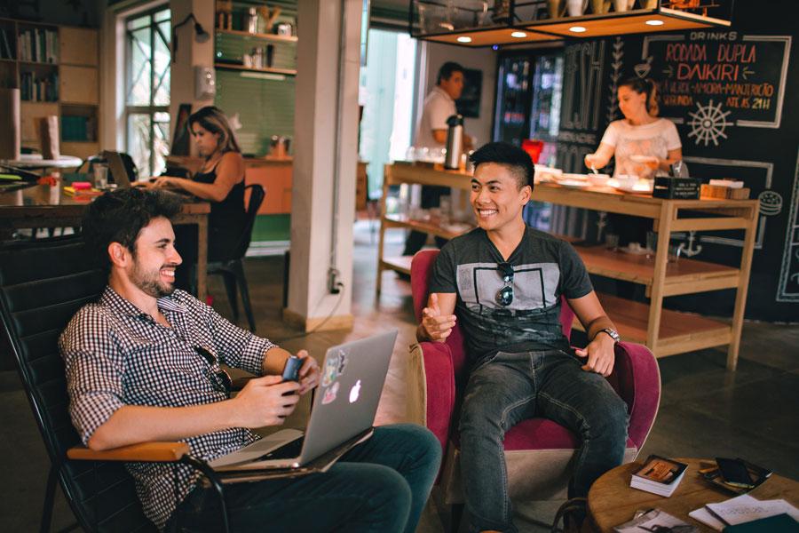 Flexibles Arbeitsmodell: Junge Mitarbeiter arbeiten in einem Coworking Space