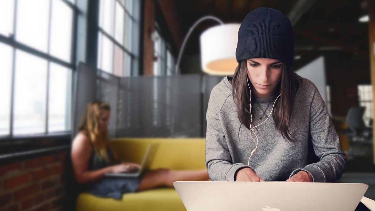 Eine junge Frau arbeitet in einem flexiblen Arbeitsmodell
