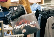 Eine Frau ist in der Kleiderabteilung am Shoppen, was zu ihrer gewohnten Struktur gehört