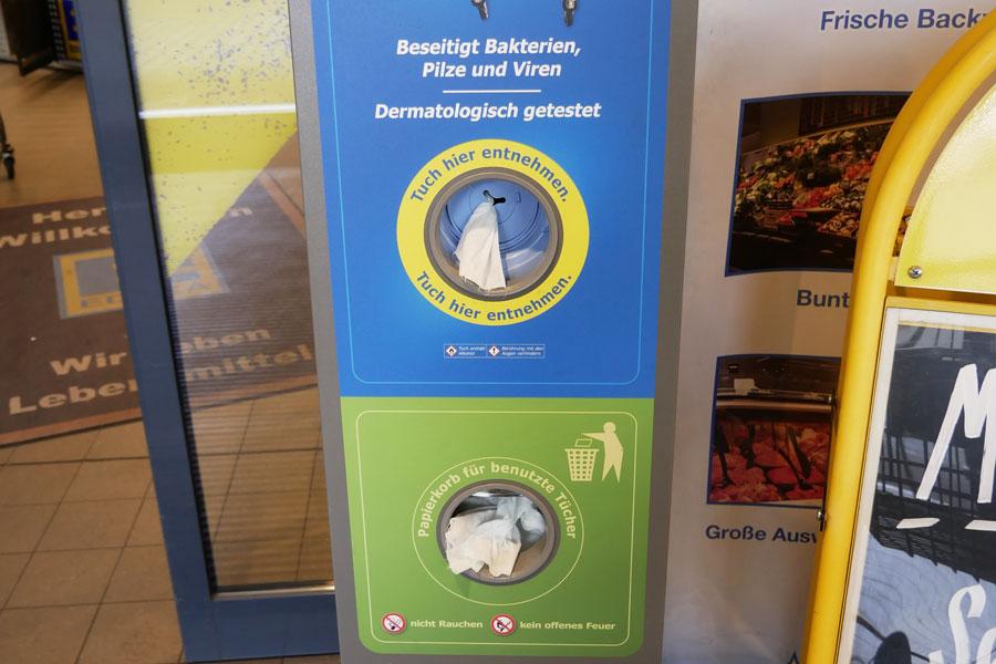 Hygienetücher-Dispenser im Supermarkt, die gleichzeitig desinfizieren