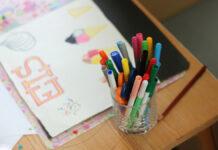 Tisch mit Bastelsachen im Kinderzimmer für gemeinsames basteln