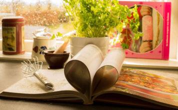 Ein Kochplan auf dem Tisch, das clever zum Vorkochen verwendet werden kann