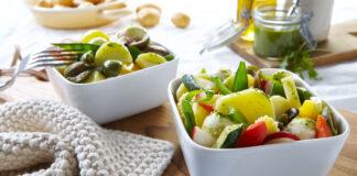 Mediterraner Kartoffelsalat mit Rucolapesto auf dem Esstisch für den Frühlingsstart in die leichte Küche