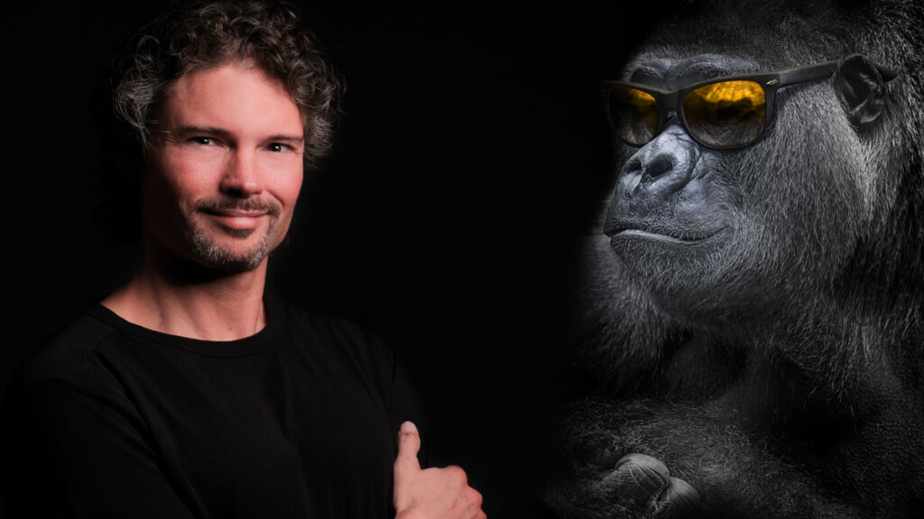 Dr. Martin Morgenstern mit Gorilla zum Thema artgerecht schlafen