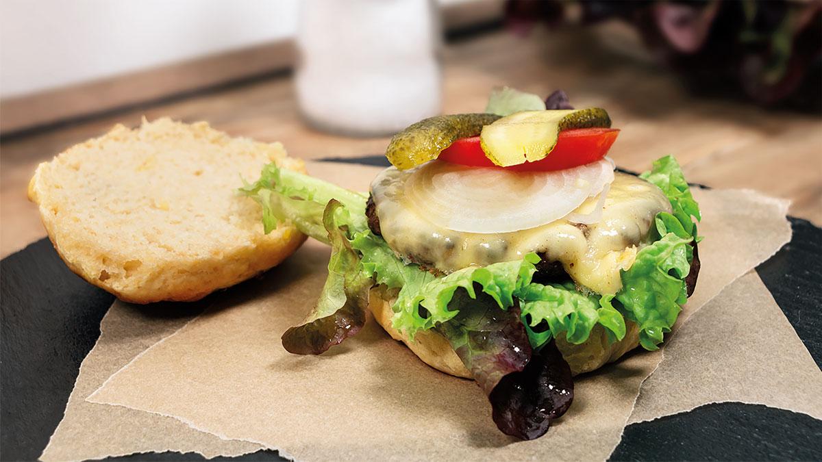 Burger Buns aus Kartoffeln auf dem Küchentisch