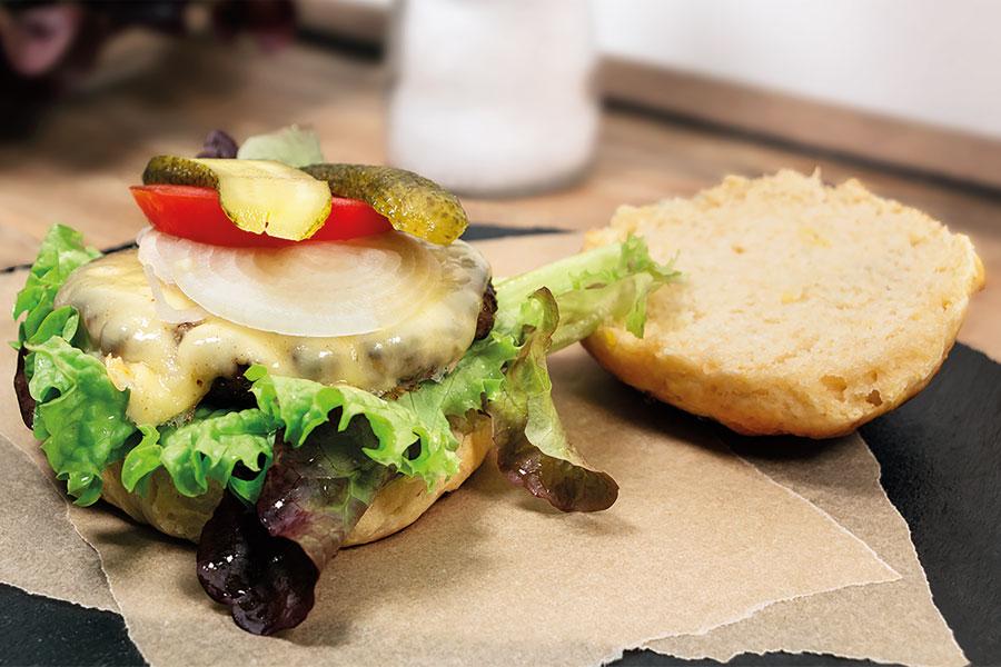 Burger Buns fertig zubereitet auf Backpapier