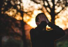Ein Mann im Freien leidet an chronischem Stress