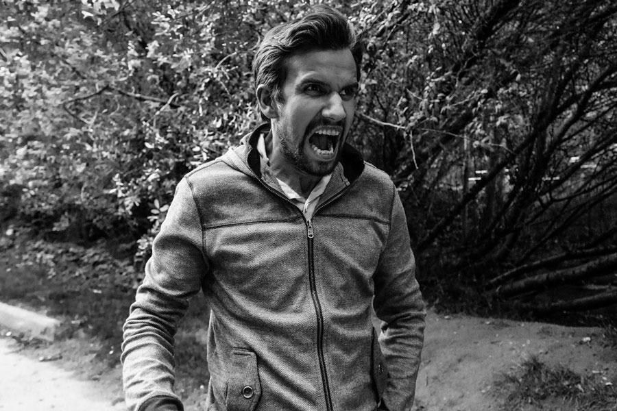 Ein Mann ist wütend auf dem Spazierweg. Was, wenn wir rot sehen?