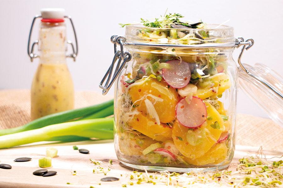 Kartoffel-Radieschen-Salat mit Sprossen passen zu den Burger Buns