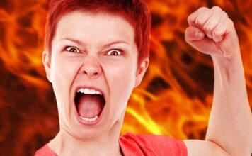 Rot sehen vor Wut: Ein Frau ist wütend