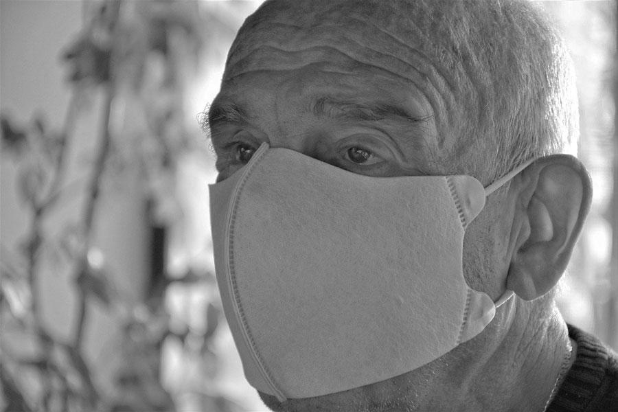 Ein älterer Mann mit einer Gesichtsmaske