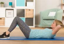 Eine Frau macht Rückenübungen Zuhause