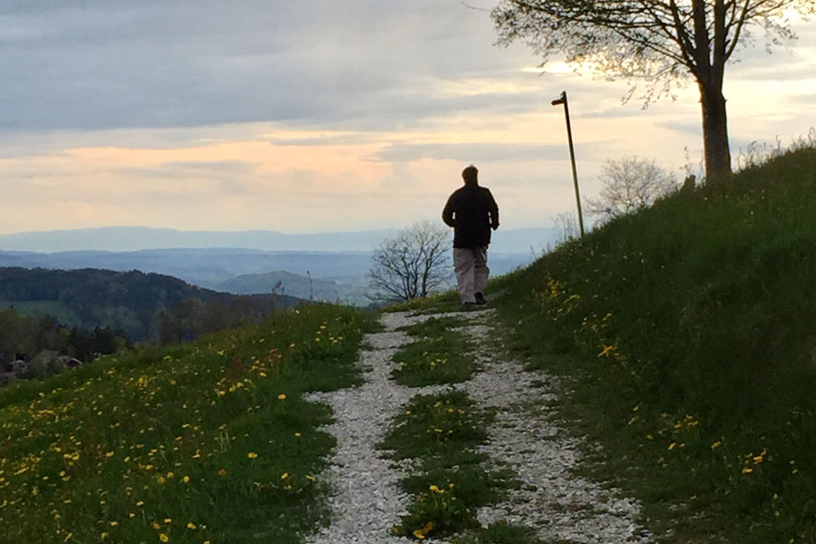 Laufen auf einem Feldweg und den Stoffwechsel anregen