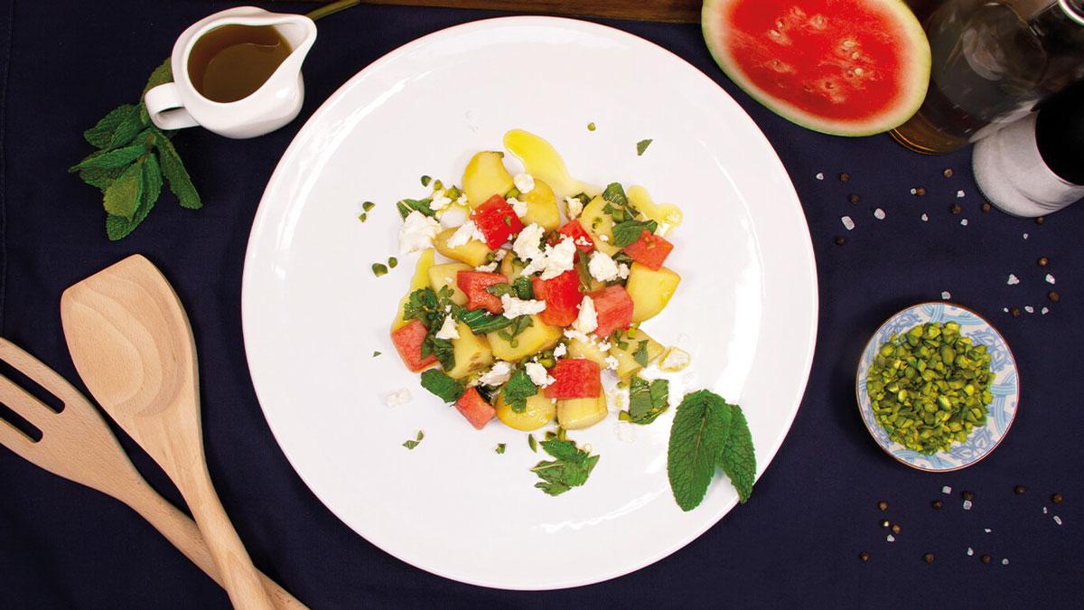 Sommer-Kartoffelspeise in Kombination mit Melone und Minze