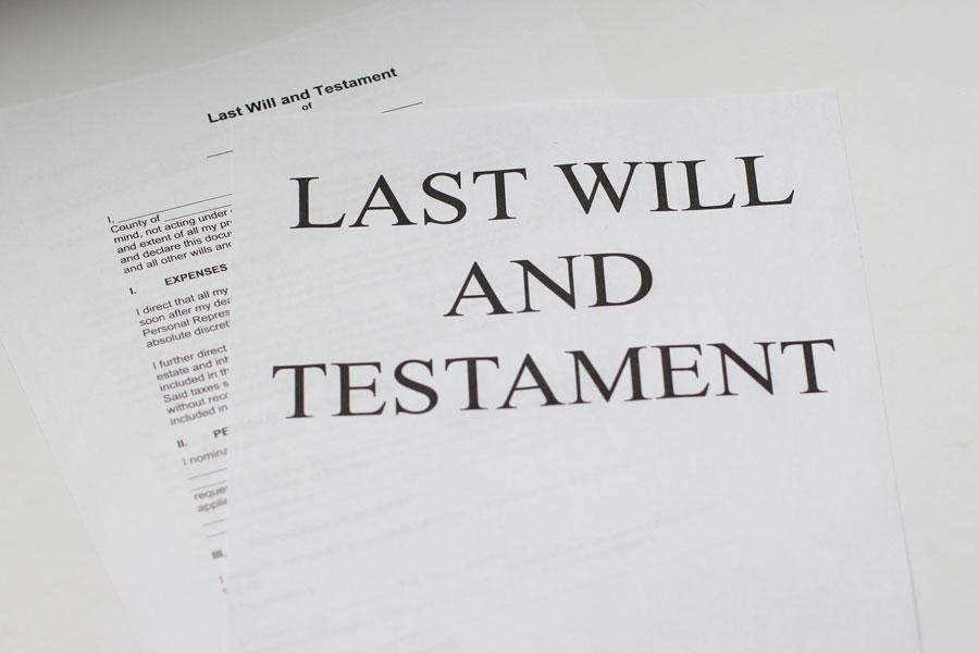 Ein Stapel Papier mit dem letzten Willen als Vermächtniszettel