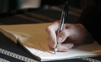 Ein Mann schreibt sein Vermächtniszettel für die Nachlassregelung