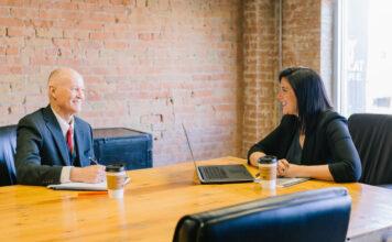 Ein Mitarbeiter und eine Führungskraft führen ein empathisches Gespräch