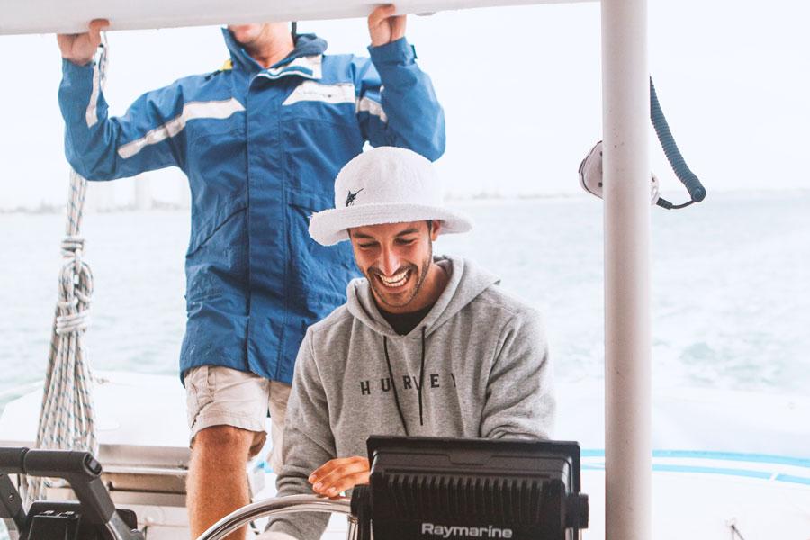 Ein Steuermann und ein Lotse auf dem Segelschiff
