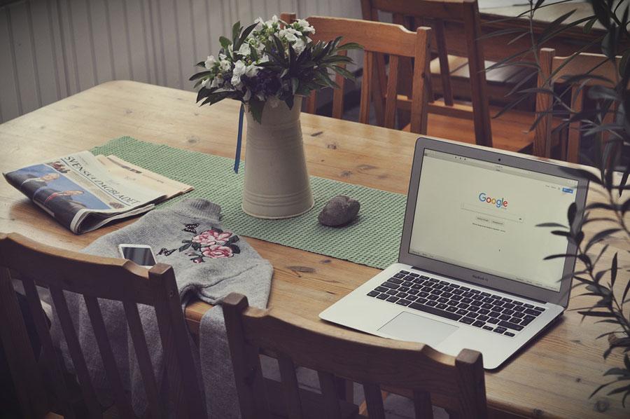 Wohnzimmer-Tisch mit Laptop als Homeoffice