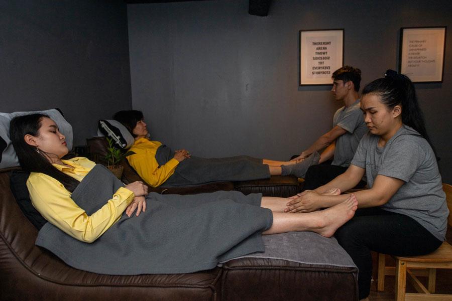 Therapeuten geben Kunden eine wohltuende Thai Fußmassage