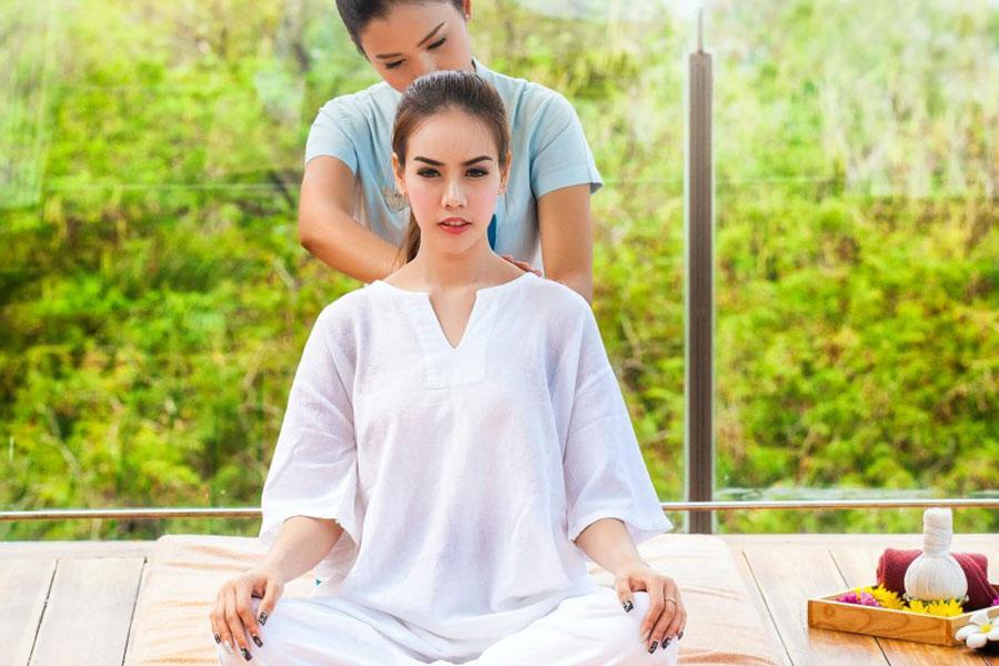 Eine junge Frau geniesst eine entspannte Thai-Massage