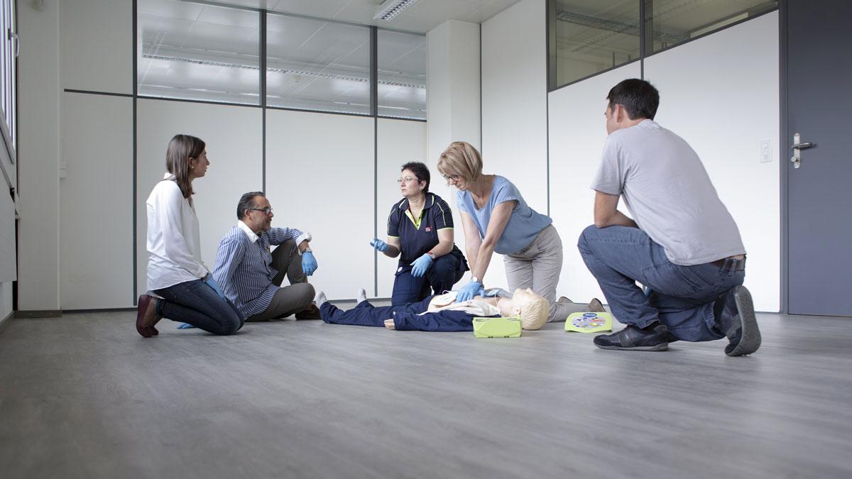 Erste Hilfe Massnahmen werden in einem Kurs trainiert