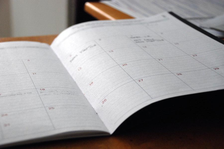 Ein Terminkalender, in dem das Intervallfasten 16/8 geplant werden