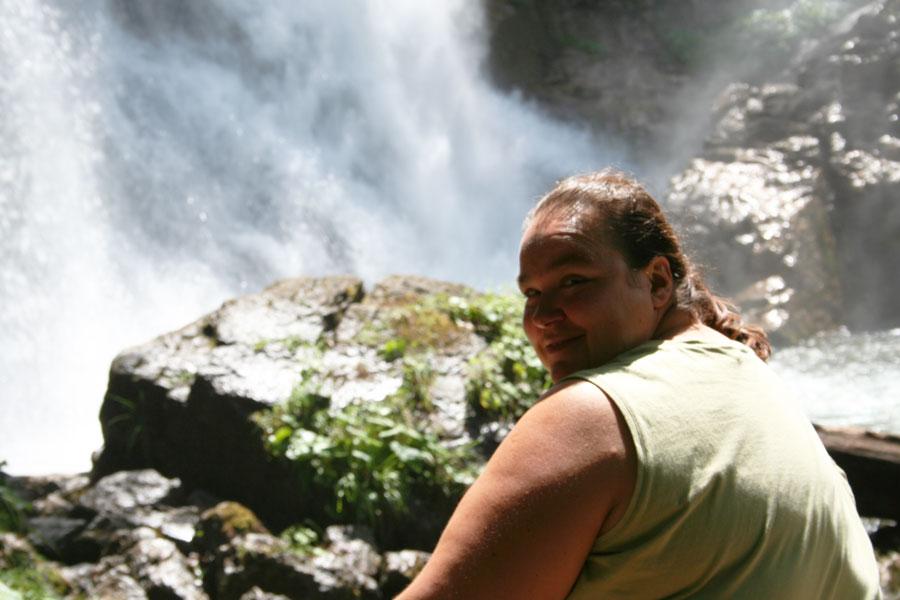 Die Autorin an einem Wasserfall nach der Intervallfasten 16/8 Umstellung