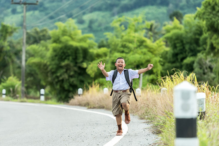 Ein Junge rennt auf der Strasse und holt Erste Hilfe