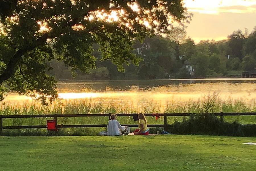 Blick auf Sonnenuntergang und See