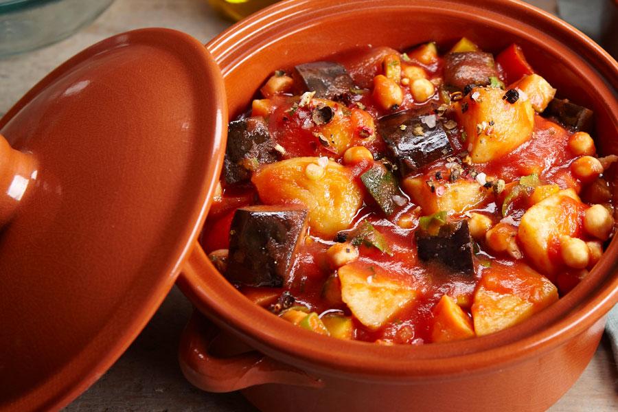 Ein farbenreichen orientalisches Rezept mit Kartoffeln, Kichererbsen, Auberginen und Joghurtsoße