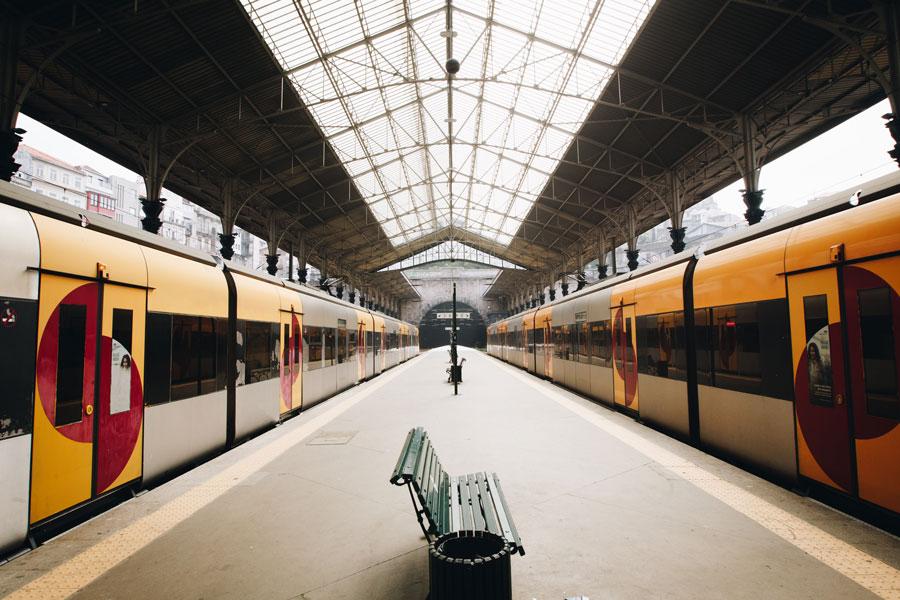 Der Lokführer steht auf dem Bahnsteig und muss entscheiden, welcher er Zug er nehmen will
