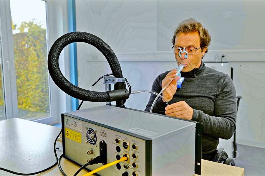 Der Forscher Gerhard Scheuch demonstriert das Gerät Pustefix
