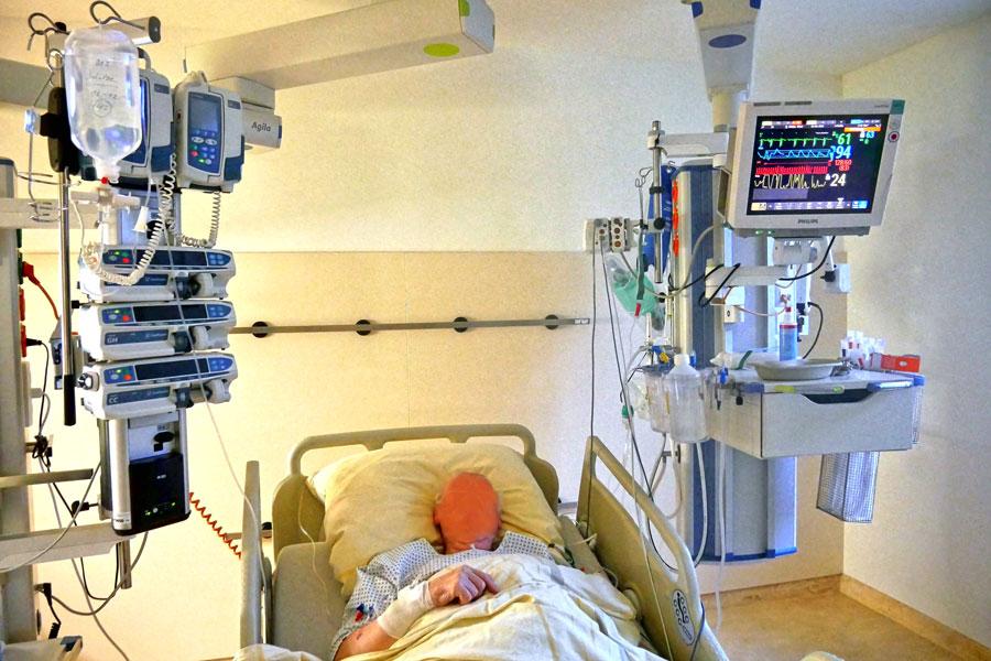 Ein Corona-Patient liegt im Intensivbett