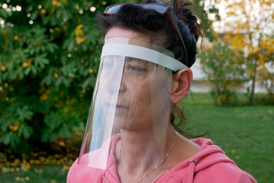 Eine Frau trägt als Alternative eine Schildmaske