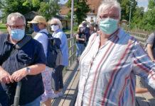 Schiffspassagiere tragen auf dem Landungssteg Masken