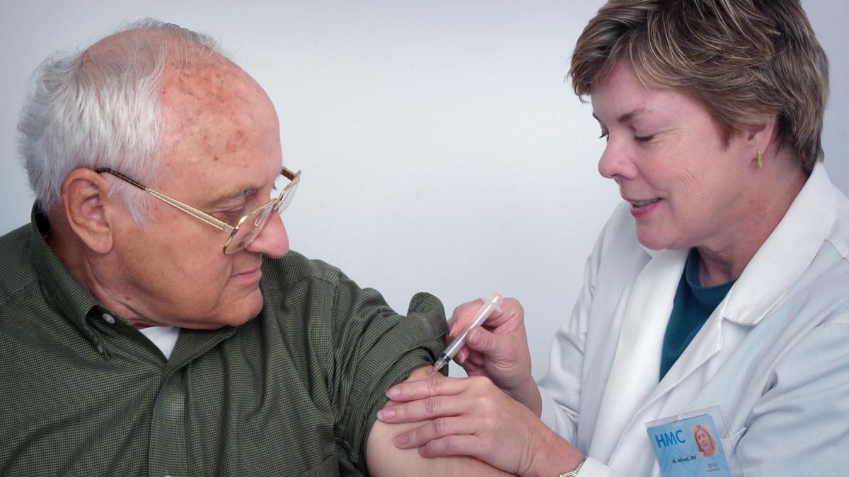 Eine älterer Mann bekommt die Corona-Ipfung